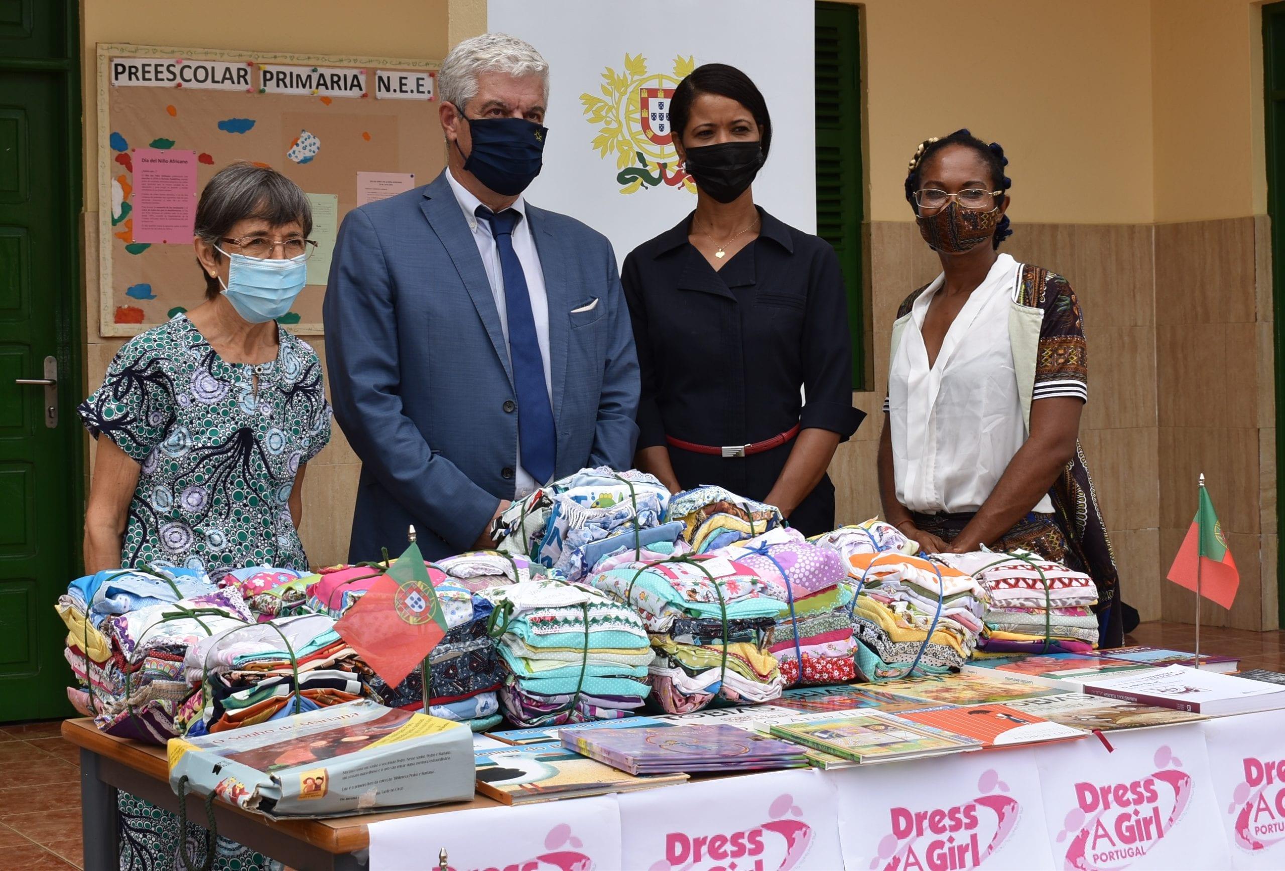 La embajada de Portugal dona prendas y libros al colegio Virgen María de África