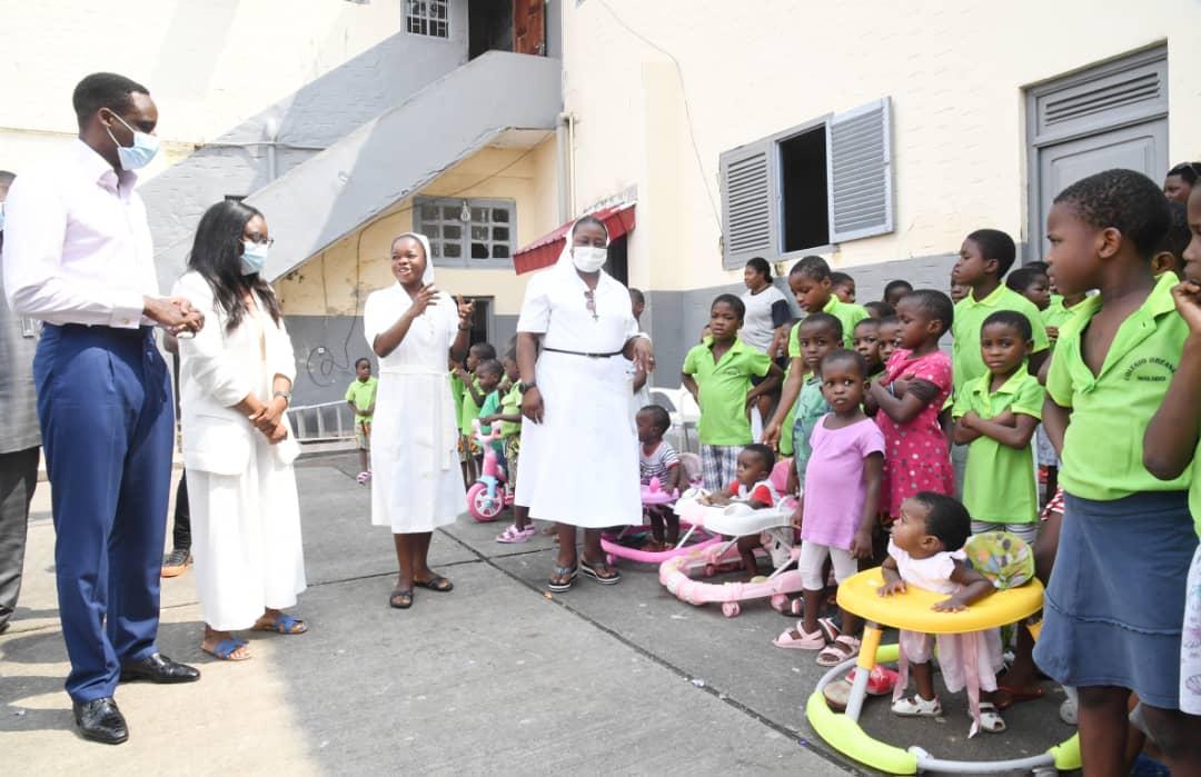 Omar Bongo Ondimba y Yanice Bongo Ondimba donan víveres a los niños del Orfanato de Malabo