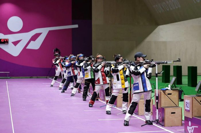 Una postal de las ocho finalistas en la prueba de tiro deportivo que entregó las primeras medallas de Tokio 2021
