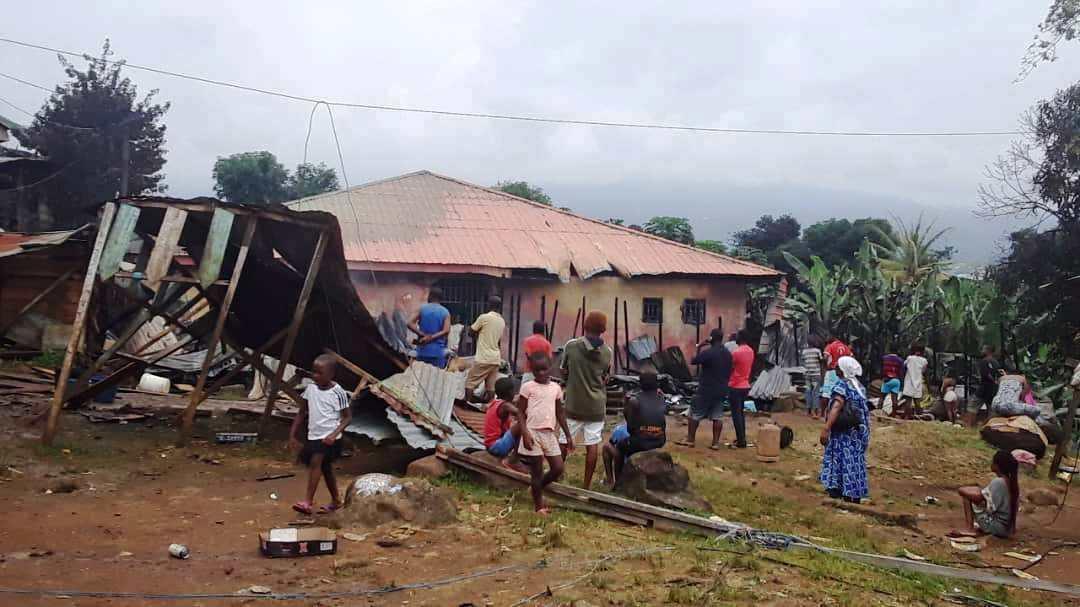 Sucesos: Un incendio reduce a ceniza un barracón de 4 viviendas en el barrio Sumco