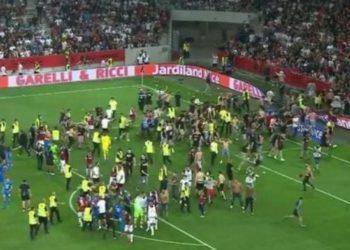Escándalo en Francia: ultras del Niza saltan al campo y agreden a jugadores del Olympique de Marsella