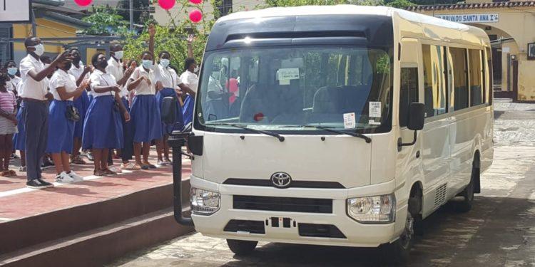 Nguema Obiang Mangue dona un autobús al colegio Santa Teresita de Malabo para las tareas de investigación en el campo