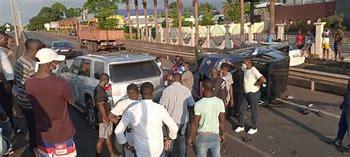 El conductor de un microbús resulta gravemente herido tras estrellarse contra un bar en Bata