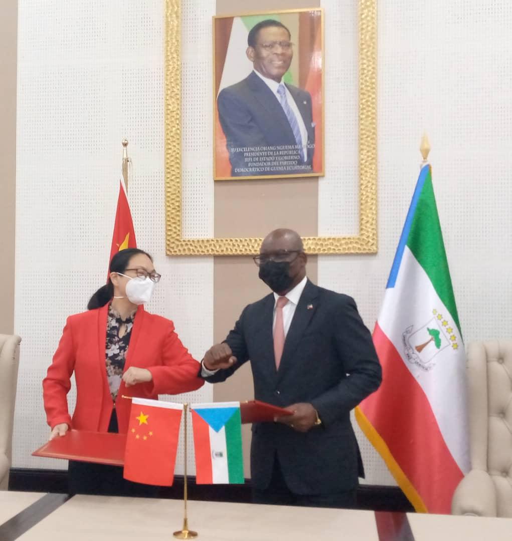 Qi Mei embajadora de China en Guinea Ecuatorial y Simeón Oyono Esono Angué, ministro de Asuntos Exteriores y Cooperación