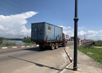 Obras Públicas prohíbe temporalmente el tránsito de camiones y equipos pesados por el puente sobre el Rio Ekuku