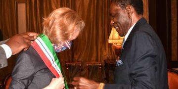 El Presidente de la República condecora a Susan Stevenson con la Gran Cruz de la Orden de la Independencia de Guinea Ecuatorial