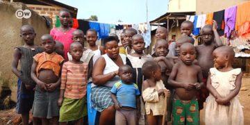 La mujer más fértil del planeta vive en Uganda, tiene 40 años y ha tenido un total de 45 hijos en 16 partos